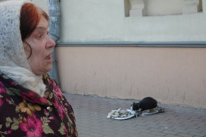 Бабуля научила кота клянчить деньги