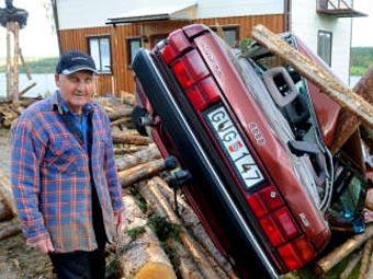 Эрольд Сигурдссон может убежать от летящих бревен, а его дом, к сожалению, нет