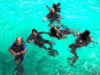 Члены кабинета министров Мальдив репетировали подводное заседание несколько раз