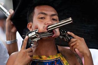 проткнувший щеки пистолетами