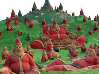 Санта-Клаусы на пляже