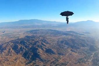 Эрик Ронер прыжок с зонтом вместо парашюта